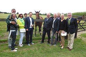 Die Mitglieder des Krefelder Rennclubs zu Besuch bei Danedream im Newsells Park Stud