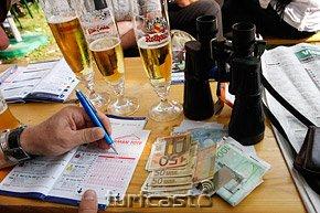 Symbolbild Wetten, Bier und Geld © turfstock.com/Balogh